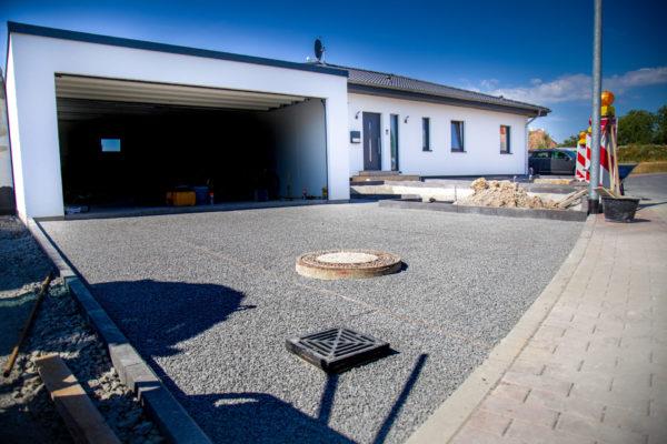 Außenanlagen abgezogenes Splittbett als Vorbereitung für Pflasterarbeiten